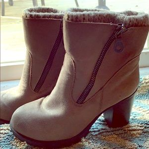 Heeled boots with cuff and zipper